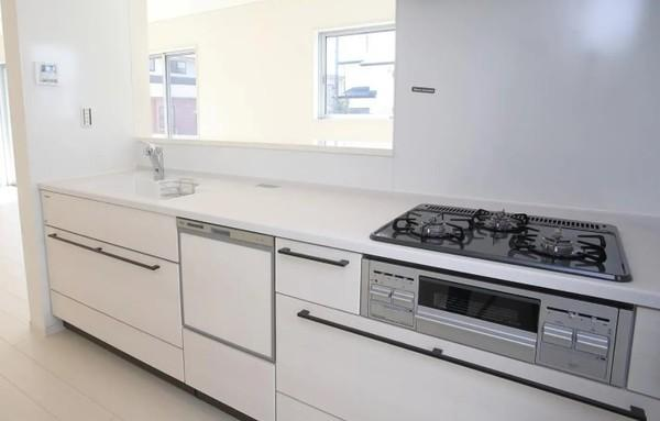 同仕様のキッチンです! 食洗機付きで家事の負担を軽減してくれます。 設備、収納充実のキッチンです。