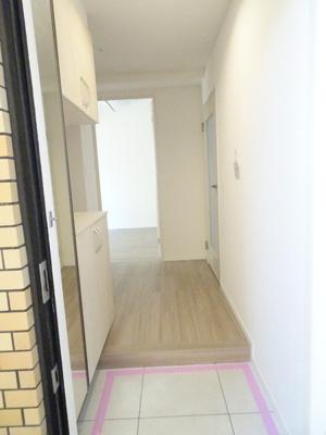 玄関を開けると、シューズクローゼットがあります♪清潔感のあるスペースとなっております♪