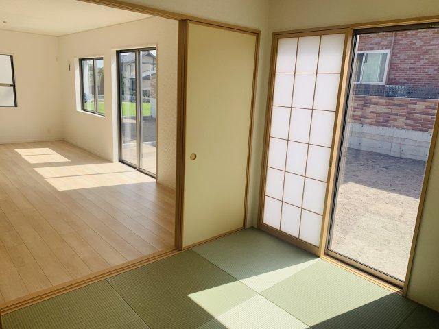 5畳 リビング隣接の和室なので広々使えます。