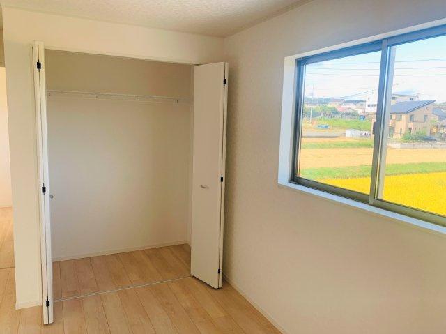 2階8.5帖 収納棚やパイプハンガーがあるので、普段よく着るお洋服やバッグを収納できます。