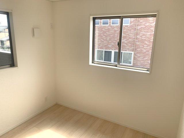 2階5帖 南向きで明るいお部屋です。