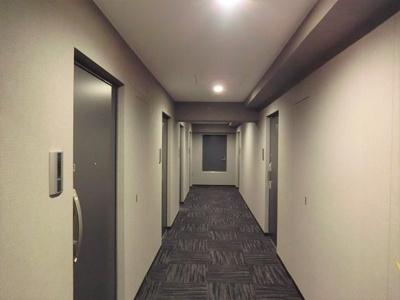 カーペット敷きの内廊下