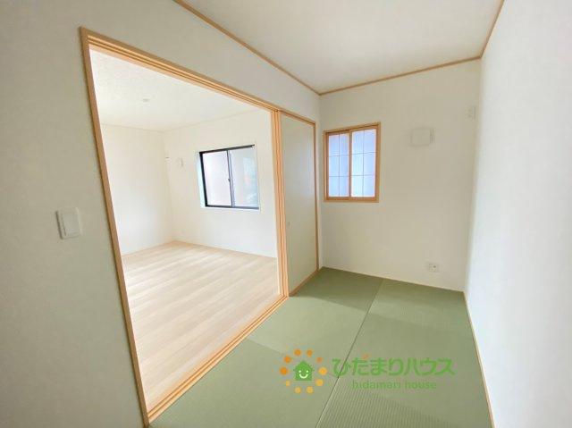 リビング横の和室はお子様のお昼寝や家事のスペースとしても、マルチにお使いいただけます。