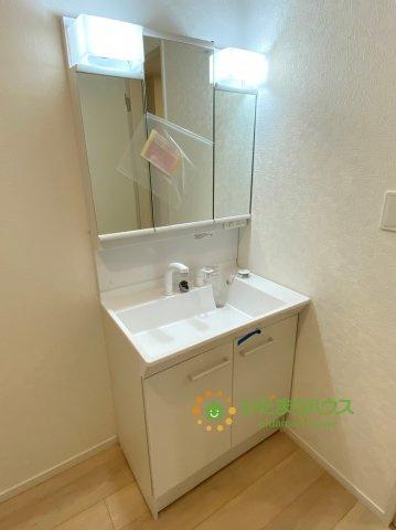 鏡の後ろは収納棚!!散らかりがちな洗面台もスッキリ見せてくれます♪