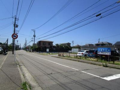 南東側12m(歩道含む)のゆったりとした道路です。