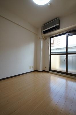 やさしい色合いの床材を使用した居室空間です