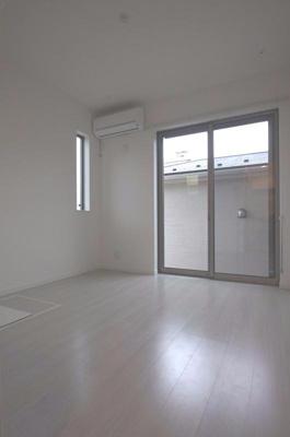 明るい床材を使用したお部屋です。