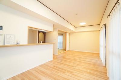 【約12.6帖LDK】 デザインリフォームされた室内は 良い雰囲気になっております。 リノベーションで付加価値をプラスし、 ただの『住まい』ではなく『癒しのある空間』 に仕上がっております♪