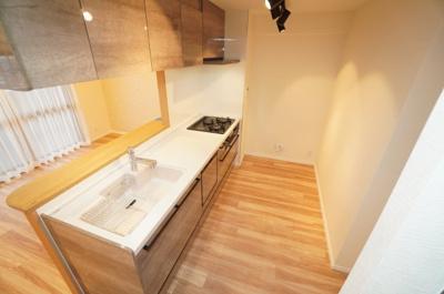 【洋室約5.2帖】 白を基調とした室内は、 明るい住空間を造り出すだけでなく、 清潔感をもたらしてくれます。
