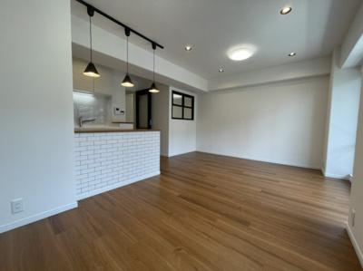 床材ウォルナット調の暖かいカラーの床材です。