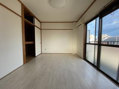 6帖の洋室は床材を新調しました。傷もつきにくいクッションフロアタイプです。