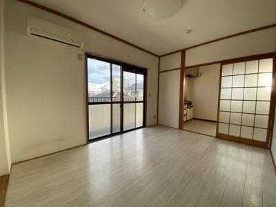 南側の窓からたっぷりの採光が入り、室内で気持ちよく過ごせます。