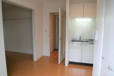 隣の部屋に料理のニオイが行きにくい1DKタイプのキッチンです。