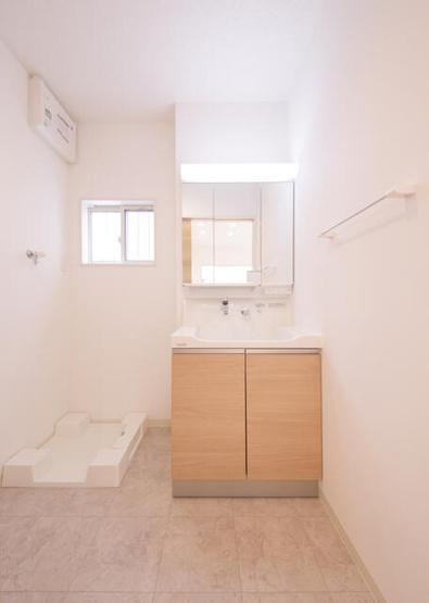 三面鏡裏収納付で、散らかりがちな洗面回りもすっきりと片付きます。 窓があり換気もばっちりで湿気をこもらせず、結露やカビの発生を防ぎます
