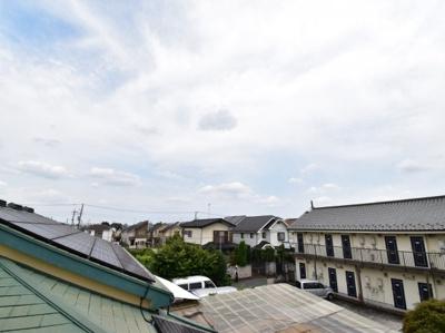 前面には遮る物がなく開放的な眺望を望めます。陽当りはもちろん風通しも良好で心地良い風が吹き込みます。