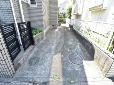 十分な広さが確保されたカースペースは1台分。ご家族の自転車も停められるので助かります。