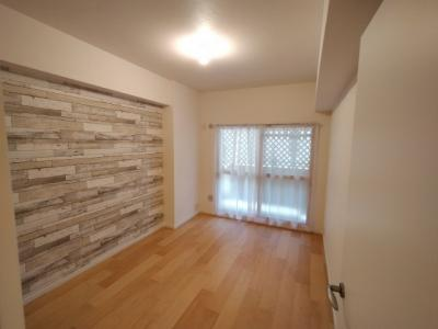 洋室(約6.0帖):南向きの採光が入る明るいお部屋です。 洗濯を取り込んで直になおせるので動線がよいですね♪