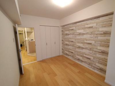 洋室(約6.0帖):レンガ調のアクセントクロスが素敵なお部屋です。 全室クロス・フローリングを貼り換えていますので綺麗ですよ♪