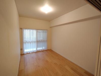 洋室(5.5帖):南向きバルコニーに面しており陽当たり良好で明るいお部屋です。