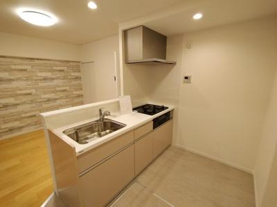 新調し立てのピカピカのシステムキッチンです。 開放感のある対面式キッチンなので、熱がこもる事もなく快適ですね♪