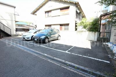 ハイルーフ車もOKの平面駐車場