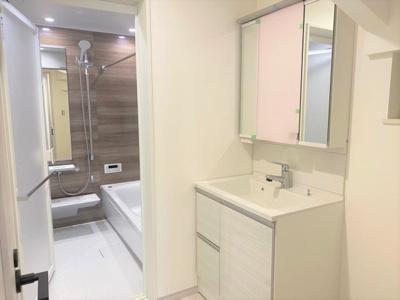 駐車スペース付きで間取りの大きな戸建が建ちます。