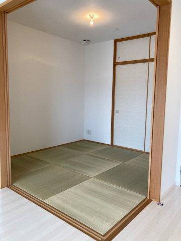 リビングダイニングとつながった快適な和室のお部屋。縁のない琉球畳タイプで、ふすまにも壁紙を張っているので洋風のインテリアにもしっくりなじみます