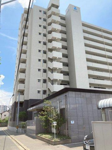 JR箱崎駅まで徒歩8分。駅周辺には商業施設が多く、帰りに買い物に立ち寄るのに便利!