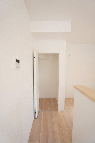 【同仕様施工例】パントリーでキッチン家電やストック品を収納するのに便利です。