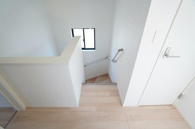 【同仕様施工例】2階階段ホール 窓もあるので換気ができます。