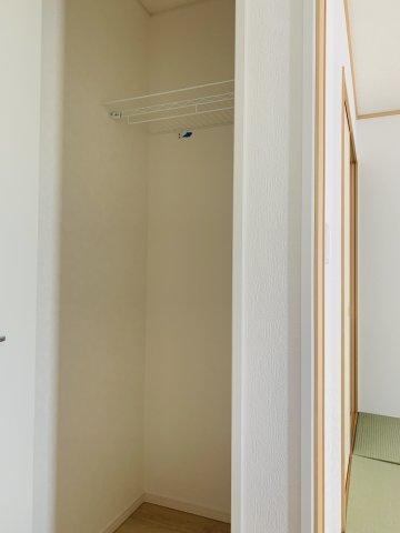 【同仕様施工例】大きな窓から明るい光が差し込むお部屋です。