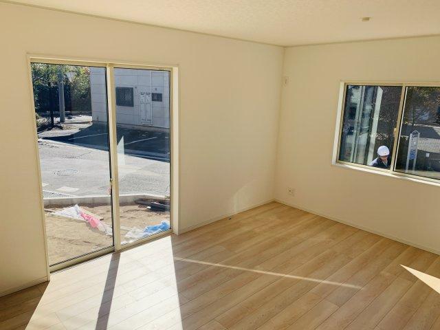 【同仕様施工例】シンプルな玄関ドアです。ガラス部分から光が取り込めて玄関を明るくなります。