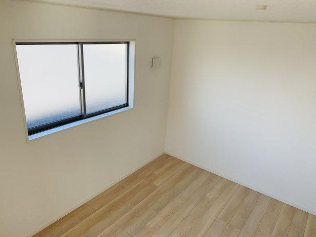 【同仕様施工例】窓から明るい光が差し込むダイニングスペースです。
