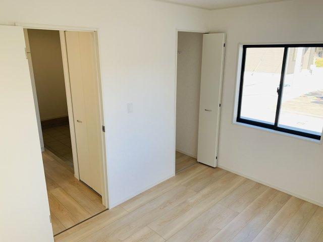 【同仕様施工例】やさしい雰囲気の木目調の玄関ドアで来客をあたたかく迎えます。
