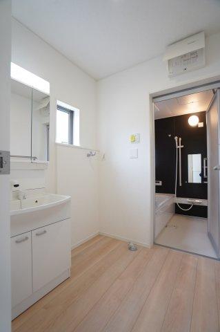 【同仕様施工例】洗面脱衣所 窓があるので換気もできます。カビ予防対策は大事です。
