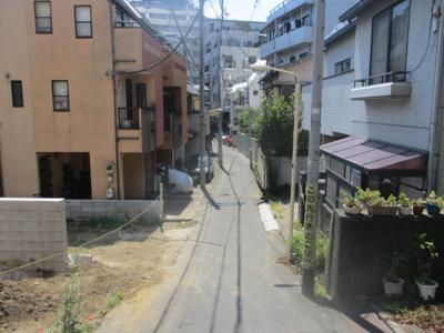 弊社の近所にある物件です。通りから一歩入った閑静な住宅街に立地。