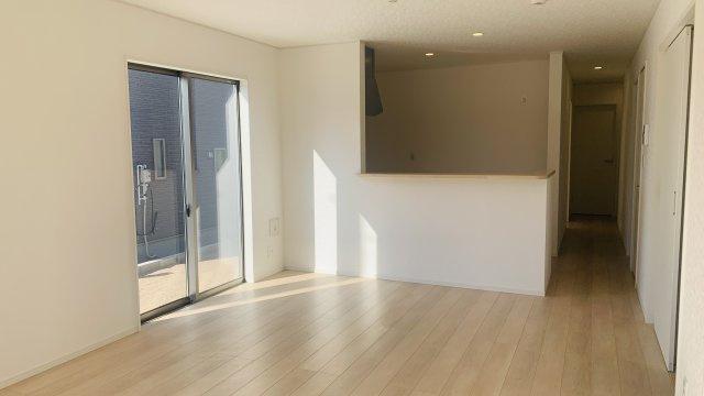 【同仕様施工例】ガラス部分から光が取り込める玄関ドアです。玄関が明るくなっていいですね。
