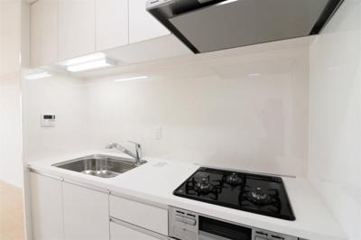 【現地写真】 ホワイトを基調とした清潔感のあるキッチン。 使い勝手の良い設備のキッチンで効率よくお料理ができます。 家族の健康はこのキッチンから♪