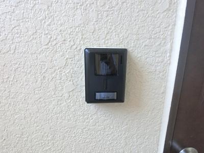 玄関扉横のインターホンです。