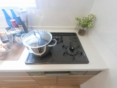 3口ガスコンロ。 汁物・おかず、作り置きなど同時に調理できとても便利です♪