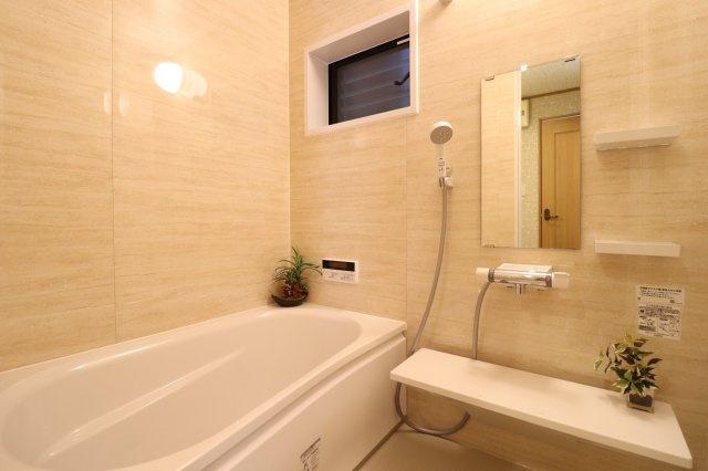 小窓付きの清潔感のある浴室♪ (当社施工例)