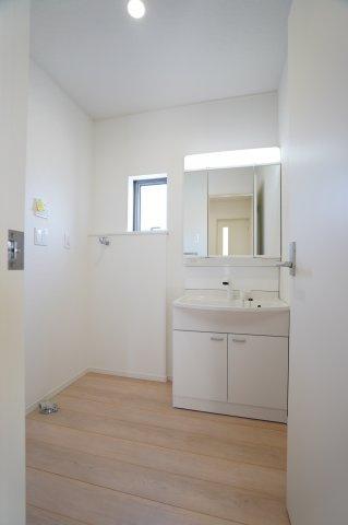【同仕様施工例】清潔感のある洗面所です。窓もありますので換気できます。
