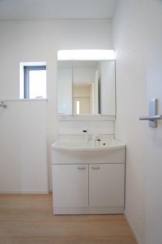 三面鏡の収納で歯ブラシ、化粧品、小物等すっきり収納できます。