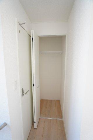 【同仕様施工例】2階廊下 掃除用具を入れていつでも気になった時にパッと出し入れしたいですね。