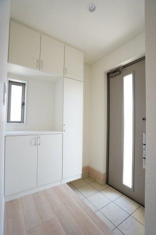 【同仕様施工例】落ち着いた玄関です。窓もありますので明るいです。