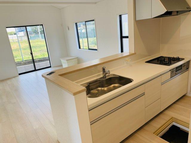 【同仕様施工例】対面キッチンは、お料理中でもリビングにいるお子さんの様子が確認できて安心です。