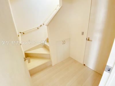 手すり付きの階段はゆるやかになっているので上り下りも安心ですね