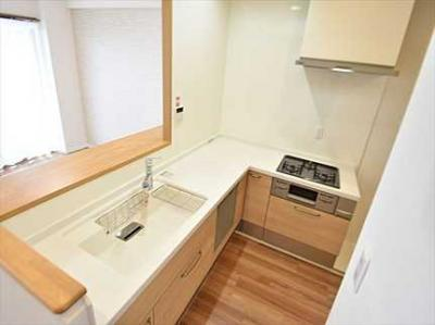 【キッチンルーム】 新規交換のシステムキッチンです。 浄水器一体型ハンドシャワー水栓 一度に5人分の食器が洗える食器洗い乾燥機。 収納もあり使いやすいキッチンです。