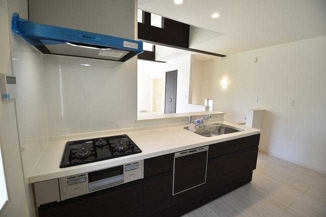 広々とした使い勝手の良いシステムキッチンは、食洗器搭載も搭載です。