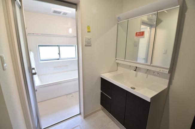 三面鏡付きの独立洗面化粧台。シャワーノズルや鏡のくもり止め機能など機能性とデザイン性に拘ってセレクトしました。